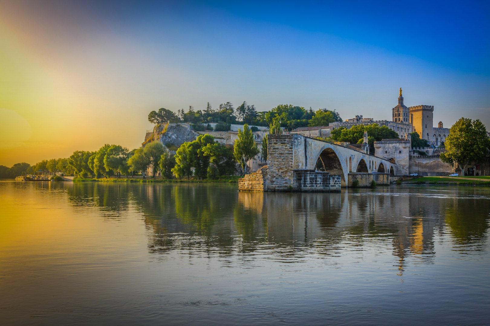 La première image du slider d'accueil qui représente la pont Saint Bénézet à Avignon.